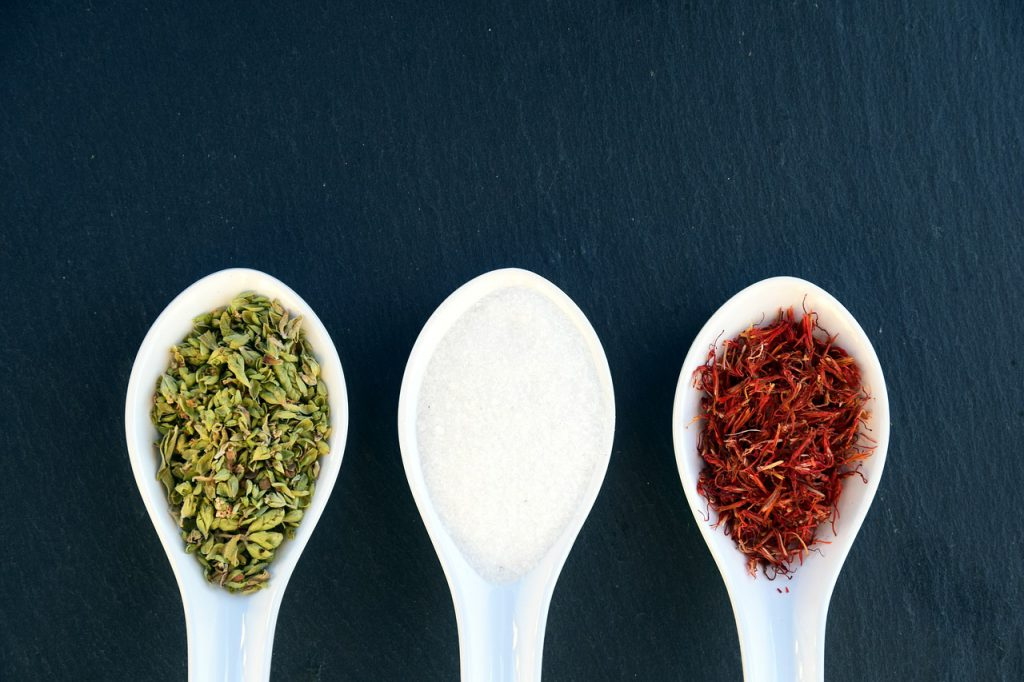 Czym zastąpić sól? Przyprawy i zioła zamiast soli czyli dieta bez soli